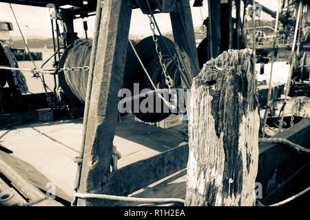 Effet à l'ancienne croisés de bateaux de pêche commerciale et des filets, amarré au quai de Wellington. Banque D'Images