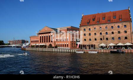 Vue urbaine avec l'Orchestre Philharmonique Baltique polonaise et Krolewski Hotel sur l'île Ołowianka , rive du fleuve Motlawa, vieille ville de Gdansk Banque D'Images