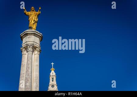 Fátima est le centre de la religion catholique au Portugal. La statue de Jésus s'élève sur la place principale de la Basilique.