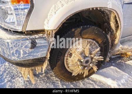 JASPER, ALBERTA, CANADA - LE 3 OCTOBRE 2018: la formation de glace sur un pneu après la conduite sur la glace des Glaciers, Jasper National Park, Alberta, Canada. Banque D'Images