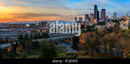 Seattle Downtown skyline et gratte-ciel au-delà de la I-5 I-90 Freeway interchange au coucher du soleil à l'automne feuillage jaune avec au premier plan la fro