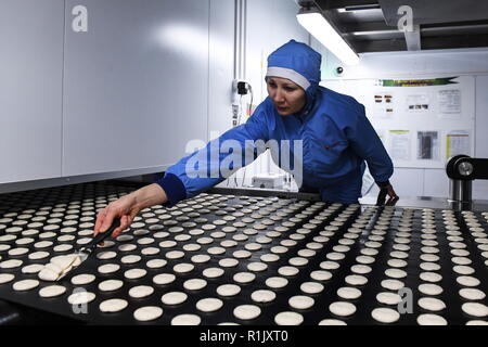 Novosibirsk, Russie. 13Th Nov, 2018. NOVOSIBIRSK, RUSSIE - 13 NOVEMBRE 2018: Faire des biscuits Tarte Choco à une confiserie Orion à Novossibirsk. Groupe Orion sud-coréen de l'entreprise de confiserie est l'un des principaux fabricants de biscuits, chewing-gum, et des collations. Kirill/Kukhmar Crédit: TASS ITAR-TASS News Agency/Alamy Live News Banque D'Images