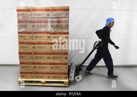 Novosibirsk, Russie. 13Th Nov, 2018. NOVOSIBIRSK, RUSSIE - 13 NOVEMBRE 2018: Entrepôt à une confiserie Orion à Novossibirsk. Groupe Orion sud-coréen de l'entreprise de confiserie est l'un des principaux fabricants de biscuits, chewing-gum, et des collations. Kirill/Kukhmar Crédit: TASS ITAR-TASS News Agency/Alamy Live News Banque D'Images