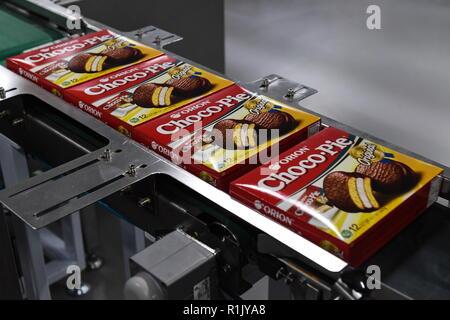 Novosibirsk, Russie. 13Th Nov, 2018. NOVOSIBIRSK, RUSSIE - 13 NOVEMBRE 2018: ligne de production de biscuits Tarte Choco à une confiserie Orion à Novossibirsk. Groupe Orion sud-coréen de l'entreprise de confiserie est l'un des principaux fabricants de biscuits, chewing-gum, et des collations. Kirill/Kukhmar Crédit: TASS ITAR-TASS News Agency/Alamy Live News Banque D'Images