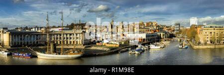 Vue panoramique sur le port et la ville de Bristol avec le voilier 'Kascalot' amarrés dans la rivière Avon.