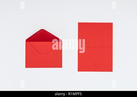 Vue rapprochée de l'enveloppe rouge et blanc isolé sur la carte Banque D'Images