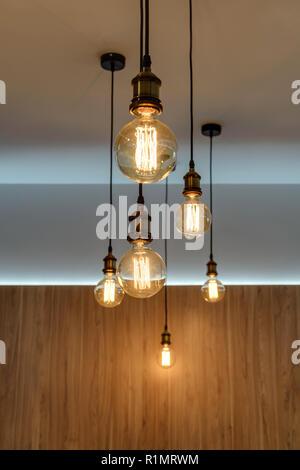 Vue rapprochée d'ampoules lumineuses en salle vide Banque D'Images