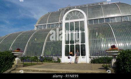 Les visiteurs à l'entrée de la Palm House au Royal Botanic Garden de Kew Gardens à Richmond, London England UK KATHY DEWITT Banque D'Images