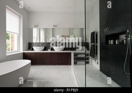 Salle de bains monochrome moderne
