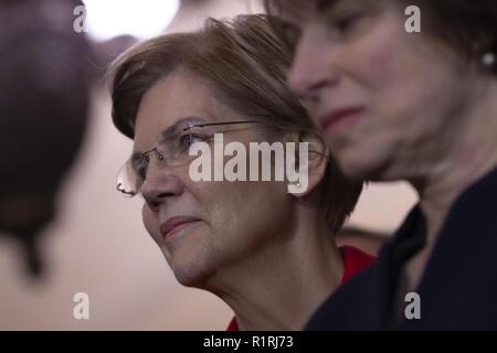 Washington, District de Columbia, Etats-Unis. 14Th Nov, 2018. Sénateur des États-Unis Elizabeth Warren (démocrate du Massachusetts) regarde-nous le leader de l'opposition au Sénat Chuck Schumer (démocrate de New York) s'adresse aux journalistes au cours d'une conférence de presse après les élections démocratiques du Sénat à l'United States Capitol sur la colline du Capitole à Washington, DC Le 14 novembre 2018. Crédit: Alex Edelman/CNP Crédit: Alex Edelman/CNP/ZUMA/Alamy Fil Live News Banque D'Images