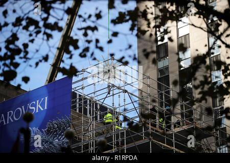 New York, USA. 14Th Nov, 2018. La nouvelle étoile Swarovski est hissé jusqu'au sommet de l'arbre de Noël du Rockefeller Center à New York, aux États-Unis, le 14 novembre 2018. Une nouvelle star, qui compte 3 millions de cristaux Swarovski sur 70 pointes illuminées, a été dévoilé et élevé au haut de l'arbre de Noël du Rockefeller Center, le mercredi pour la prochaine saison de Noël. Credit: Wang Ying/Xinhua/Alamy Live News Banque D'Images