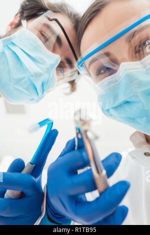 Funny dentistes avec leurs outils de point de vue, être un peu dangereux Banque D'Images