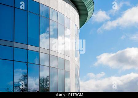 Journée ensoleillée vue de windows de l'entreprise d'affaires moderne immeuble de bureaux à Northampton en Angleterre au Royaume-Uni. Banque D'Images