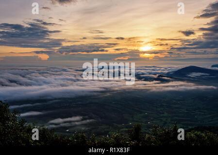 Belle nature paysage le soleil est au-dessus de la mer du brouillard qui couvre les montagnes et ciel lumineux pendant le lever du soleil dans l'hiver au point de vue de Phu Ruea