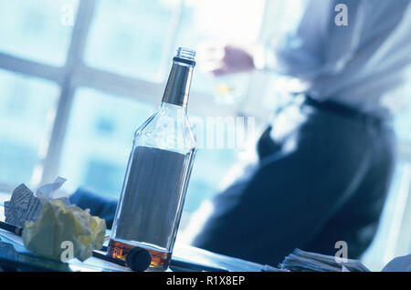 Businessman drinking in office, USA Banque D'Images