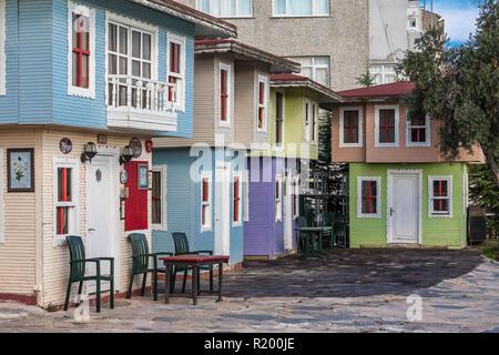 Istanbul, Turquie, le 13 novembre 2012: Les petites maisons en bois coloré, à Balat. Banque D'Images