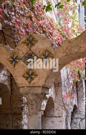 Détail du cloître au Les Jardins de la Villa Cimbrone, Ravello, Côte Amalfitaine, dans le sud de l'Italie.