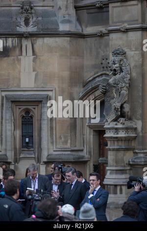 Le Brexiteer, Jacob Rees-Mogg MP s'adresse aux journalistes à l'extérieur du Parlement d'annoncer qu'il envoie une lettre au Comité 1922 qui pourrait éventuellement déclencher un vote de non confiance pour premier ministre Theresa mai et par la suite, une crise de leadership du parti conservateur au milieu de ne pas Brexit les négociations avec l'UE, le 15 novembre 2018, à Londres, en Angleterre. Banque D'Images