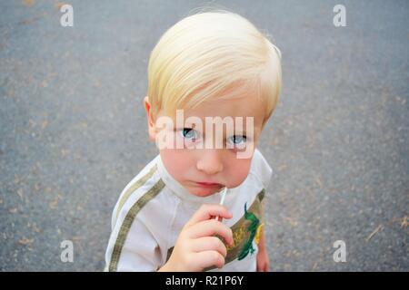 Little Boy Eating Lolly Pop Banque D'Images