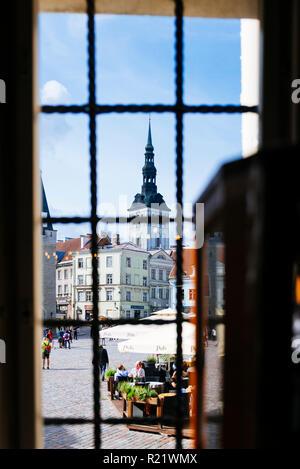 La place de l'hôtel de ville vu de la pharmacie fenêtre et le clocher de l'église de Saint-Nicolas. Tallinn, Tartu, Estonie, comté d'États Baltes, Euro Banque D'Images