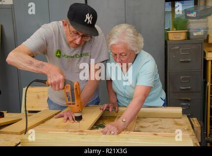 Vieux couple travaillant sur la construction du projet ensemble, le vieillissement sur place, Yarmouth, moi Banque D'Images