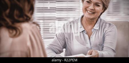 Doctor giving patient prescription à Banque D'Images