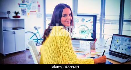 Female graphic designer travaillant dans creative office