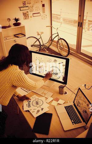 Femme graphic designer travaillant dans creative office