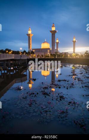 Avis de Bukit Jelutong mosquée avec reflet dans le matin Banque D'Images