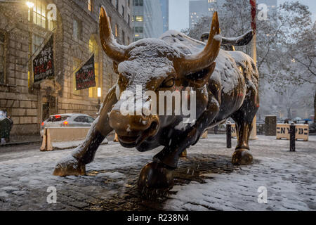 New York, États-Unis. 15 Nov, 2018. Wall Street Bull statue recouverte de neige que New York City a été frappé par la première neige de la saison le 15 novembre 2018 vers midi, apportant un méli-mélo des conditions hivernales. Le service de gestion d'urgence de la ville de New York a conseillé d'être au courant des conditions glissantes, a également émis un avis aux voyageurs pour le jeudi soir en particulier au cours de la navette. Crédit: Erik McGregor/Pacific Press/Alamy Live News