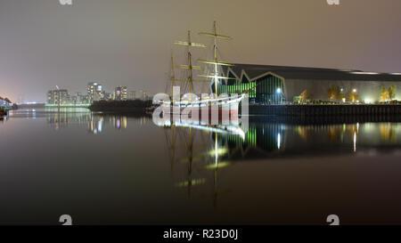Glasgow, Scotland, UK - 5 novembre, 2018: Le Clyde-construit Tall Ship Glenlee est éclairé la nuit à l'extérieur du musée au bord du transport dans le Partick n