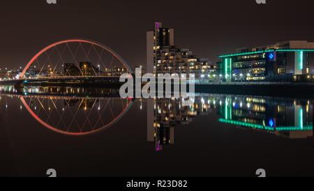Glasgow, Scotland, UK - 4 novembre, 2018: le pont d'Arc et le Clyde et bureaux de studios STV se reflètent dans les eaux de la rivière Clyde dans Gl
