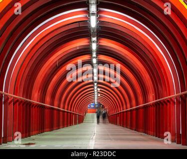 Glasgow, Scotland, UK - 4 novembre 2018: les piétons à pied à travers un rouge lumineux passage couvert reliant le cas écossais de Campus du centre des congrès Banque D'Images
