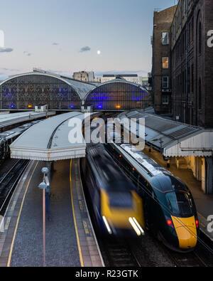 Londres, Angleterre, Royaume-Uni - 21 septembre 2018: Un Intercity 125 Great Western Railway passenger train part de la gare de Paddington de Londres alors qu'une classe 800 Banque D'Images