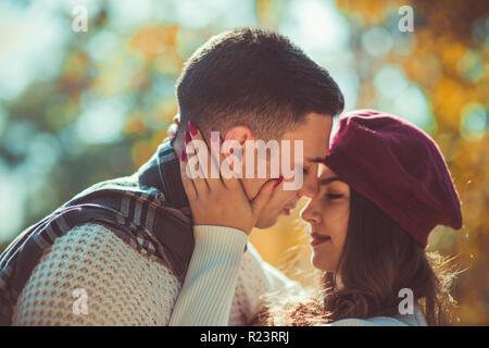 Couple amoureux est à la convaincu de passer du temps ensemble dans les bois, ils sont accolades et embrassades Banque D'Images