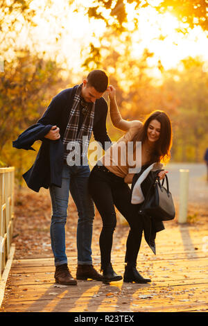 Couple ayant un joli bal dans le parc,ambiance chaleureuse et agréable. Banque D'Images