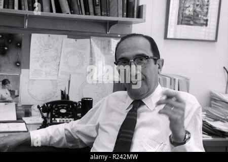 Salvador Luria dans son bureau au MIT à Boston 1967. Salvador Edward Luria (1912 - 1991) chercheur en génétique italienne et microbiologiste, plus tard naturalisé citoyen Américain. Il a gagné le Prix Nobel de physiologie ou médecine en 1969