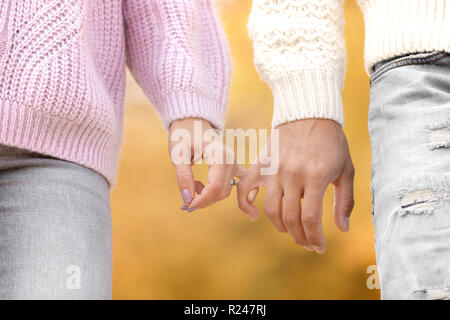 Dans l'amour couple holding hands and walking