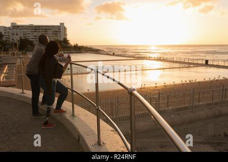 Couple having ice cream on promenade Banque D'Images