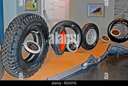 Les pneus Michelin, L' aventure Musée Michelin, Clermont-Ferrand, Auvergne, Massif-Central, France Banque D'Images