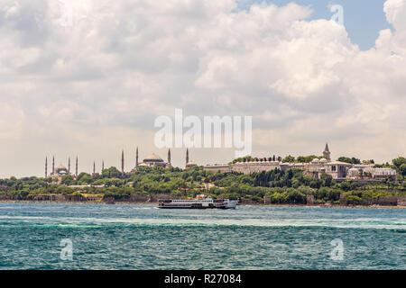 Istanbul, Turquie, le 9 juin 2013: vue sur le Bosphore montrant le palais de Topkapi, Sainte-Sophie (Aya Sofya), et la Mosquée bleue. Banque D'Images