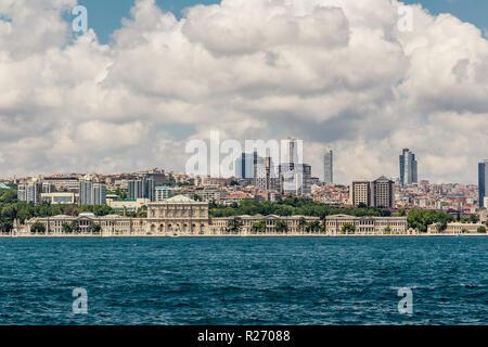 Istanbul, Turquie, le 9 juin 2013: vue sur le Bosphore du Palais de Dolmabahçe. Banque D'Images