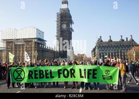 """Londres, Royaume-Uni. 17 novembre, 2018. Les défenseurs de l'Extinction, rébellion, bloquer le pont de Westminster, l'un des cinq ponts bloqués dans le centre de Londres, dans le cadre d'un événement pour souligner la Journée de la rébellion criminelle """"l'inaction face au changement climatique et catastrophe catastrophe écologique"""" par le gouvernement britannique dans le cadre d'un programme de désobéissance civile au cours de laquelle des dizaines de militants ont été arrêtés. Credit: Mark Kerrison/Alamy Live News"""