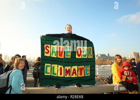 L'extinction de la campagne s'arrête sur le trafic de la rébellion grands ponts à Londres afin de faire prendre conscience de leur campagne visant à faire pression sur le gouvernement pour prendre des mesures sur le changement climatique avant qu'il ne soit trop tard.
