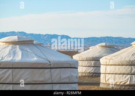Glamour touristique terrain de camping dans le désert de Gobi en vue de l'Khongoryn Els sand dunes en arrière-plan. Banque D'Images
