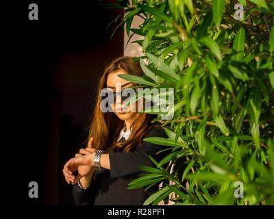 Teen girl attendent avec impatience pour sa date Banque D'Images