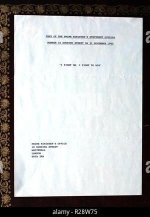 Communiqués de presse d'origine relatives à la démission de la, puis, le premier ministre, Margaret Thatcher, sont vus dans studio photographies prises à Londres Banque D'Images