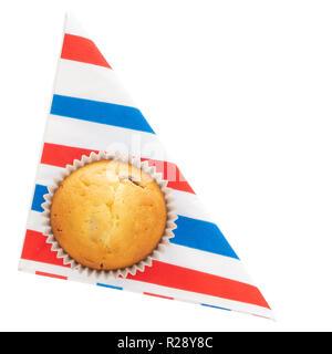 Muffins fruits maison, cupcake sur rouge blanc et bleu, serviette serviette sur plaque, isolé sur blanc. Petit cake maison, les frais généraux de mise à plat de l'action idéale etc. Banque D'Images
