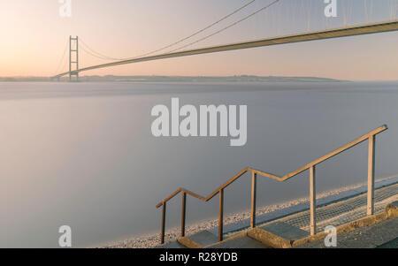 Le Humber Bridge sur l'estuaire de l'aube à marée haute à l'automne, Yorkshire, Royaume-Uni. matin en automne, Yorkshire, UK.