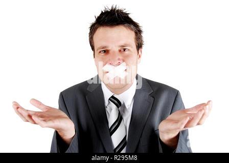 L'homme avec du ruban adhésif sur sa bouche dans un speachlessness de poser des gestes Banque D'Images